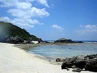 渡嘉敷島の阿波連ビーチ北の海 - 砂浜はそんなに広くはないです