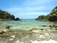 渡嘉敷島ハナレ島のハナレ島の島中央部 - 北側は岩のビーチ