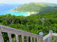 渡嘉敷島の照山展望台 - 展望台には何故か椅子も?