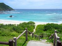 渡嘉敷島のナカチブルビーチ/中頭ビーチ - この岩が目印?