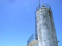 渡嘉敷島ウン島の阿波連岬灯台 - 灯台自体は結構痛んでいます