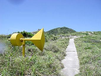 渡嘉敷島ウン島のウン島ヘリポート「黄色いオブジェのようですがヘリポートの施設です」