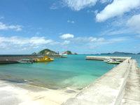 渡嘉敷島の阿波連港 - 意外と港自体は大きいです