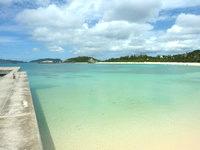 渡嘉敷島の阿波連港 - すぐ隣が阿波連ビーチの砂浜
