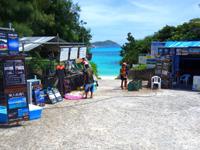 渡嘉敷島の阿波連集落 - まさに阿波連ビーチへと続くメインの道