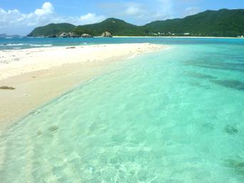 渡嘉敷島ハナレ島のハナレ島の砂の岬「阿波連ビーチ側の砂の岬」