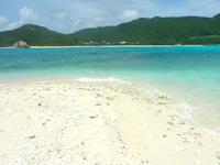 渡嘉敷島ハナレ島のハナレ島の砂の岬 - 遠くに阿波連ビーチが望めます