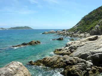 渡嘉敷島ハナレ島のハナレ島南側の海岸「砂の岬から遠い南側は岩場がメイン」