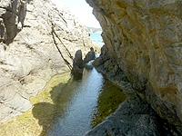 渡嘉敷島ハナレ島のハナレ島南側の海岸 - 岩場の間を抜けて向こう側へ