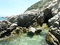 渡嘉敷島ハナレ島のハナレ島南側の海岸 - 岩場の先はごっつい岩々
