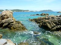 渡嘉敷島ハナレ島のハナレ島南側の海岸 - 渡嘉敷島南端まで望めます