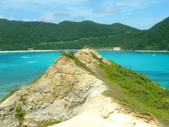 渡嘉敷島ハナレ島のハナレ島の岩山「絶景が望めるハナレ島の岩山」
