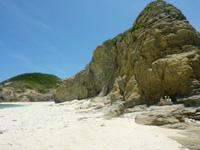 渡嘉敷島ハナレ島のハナレ島の岩山 - ビーチから見ると結構な高さ