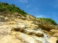 渡嘉敷島ハナレ島のハナレ島の岩山 - 人が上った後をたどれば楽です