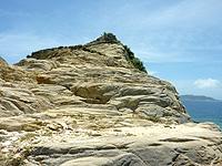 渡嘉敷島ハナレ島のハナレ島の岩山 - 岩山は大きく2つですが、その片方に頂上がいくつも