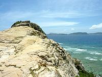 渡嘉敷島ハナレ島のハナレ島の岩山 - ついついあの上に立ちたくなる頂上