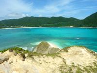 渡嘉敷島ハナレ島のハナレ島岩山の上からの景色 - 阿波連ビーチが遠く感じます