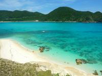 渡嘉敷島ハナレ島のハナレ島岩山の上からの景色 - 海色と砂浜の色が凄い!