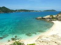 渡嘉敷島ハナレ島のハナレ島岩山の上からの景色 - 南側のビーチまで望めます