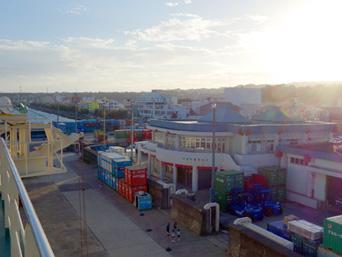 徳之島の亀徳新港「丸いターミナルが徳之島の海の玄関口」