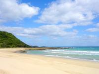 徳之島の花徳里久浜 - スリバチ山が近くにあります