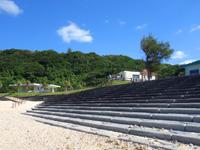 徳之島の瀬田海海浜公園 - のんびりできる階段や休憩所もあります