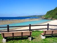 徳之島の瀬田海海浜公園 - 絶景を望めるベンチもあります(トイレの横)