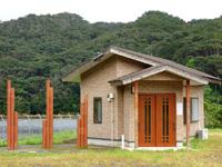 徳之島のアマミノクロウサギ観察小屋/南ダム - 以前は看板があったのですが今はこの状態