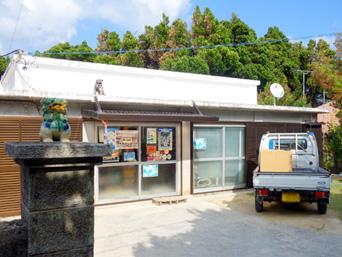 渡名喜島の桃原商店「食堂や民宿が多い集落北側にあります」
