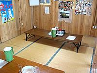 渡名喜島のふくぎ食堂 - 店内は土禁で座敷のみ