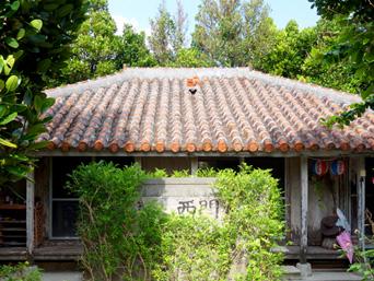 渡名喜島の憩い処 西門(ゆくいどぅくる いりーじょう)「赤瓦の渡名喜島らしいお店です」