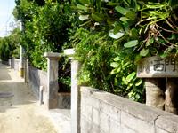 渡名喜島の憩い処 西門 - 路地側にも看板有り