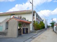 渡名喜島の渡名喜小中学校 - 集落側の入口