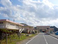 渡名喜島の渡名喜港 - 頑丈な屋根だけができました