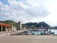 渡名喜島の渡名喜港 - ダイビング船も停泊する漁港