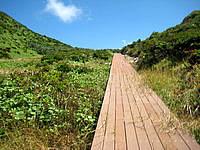渡名喜島の島尻毛 - ウッドデッキが一部あります