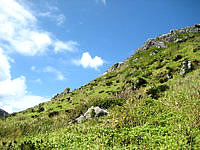 渡名喜島の島尻毛 - 山肌から突き出る岩がなんかいい感じ