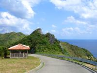 渡名喜島の大岳途中の休憩所/ブルーホール - かなり急な坂道の途中にあります