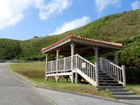 渡名喜島の大岳途中の休憩所/ブルーホール - 大本田展望台が上に見えます