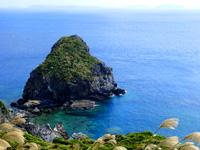 渡名喜島の大岳途中の休憩所/ブルーホール - 道路際まで行くとブルーホールなる光景も?