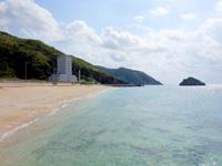 渡名喜島のタカタ浜/高田浜/ごみ焼却施設前のビーチ - ゴミ焼却場が非常に邪魔