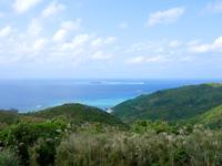 渡名喜島の大本田展望台/大岳展望台/渡名喜島園地 - 西には入砂島を遠くに望めます