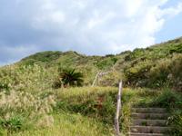 渡名喜島の西森園地/西森 - 麓から山頂を望む。かなり距離があります