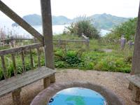 渡名喜島の西森園地展望台 - 東り浜側の景色は雑草が多い