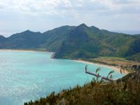 渡名喜島の西森園地展望台 - 展望台から離れた場所なら東り浜も望める