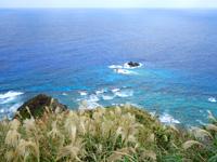 渡名喜島の西森園地展望台 - 北側の海は透明度抜群!遠くに粟国島も?