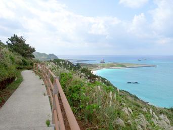 渡名喜島のサカシ散策道/散策路「高台の開けた遊歩道です」