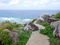 渡名喜島のサカシ散策道/散策路 - ワタンジ崎直前にある岩々