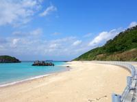 渡名喜島のユブク浜/呼子浜 - 南側から見るとその先に入砂島がフレームイン