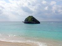 渡名喜島のユブク浜/呼子浜 - 神の宿る岩があるビーチです